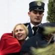 """Femen a seno nudo a San Pietro, assalto al presepe: """"preso"""" il bambinello 02"""