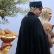 """Femen a seno nudo a San Pietro, assalto al presepe: """"preso"""" il bambinello 03"""