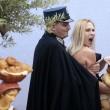 """Femen a seno nudo a San Pietro, assalto al presepe: """"preso"""" il bambinello 06"""