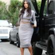 Kim Kardashian, il vestitono grigio mette in risalto lato B e fianchi11