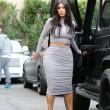 Kim Kardashian, il vestitono grigio mette in risalto lato B e fianchi12
