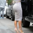 Kim Kardashian, il vestitono grigio mette in risalto lato B e fianchi15