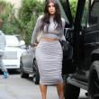 Kim Kardashian, il vestitono grigio mette in risalto lato B e fianchi16