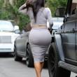 Kim Kardashian, il vestitono grigio mette in risalto lato B e fianchi17