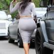 Kim Kardashian, il vestitono grigio mette in risalto lato B e fianchi18