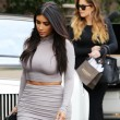 Kim Kardashian, il vestitono grigio mette in risalto lato B e fianchi02