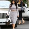 Kim Kardashian, il vestitono grigio mette in risalto lato B e fianchi04
