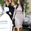 Kim Kardashian, il vestitono grigio mette in risalto lato B e fianchi6