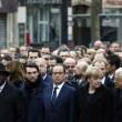 Parigi marcia per la libertà. Capi di Stato in prima fila sotto braccio 02