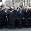 Parigi marcia per la libertà. Capi di Stato in prima fila sotto braccio 04