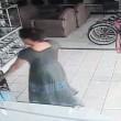 Costa Rica, furto in 13 secondi: donna nasconde tv al plasma tra gambe02