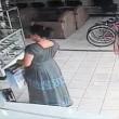 Costa Rica, furto in 13 secondi: donna nasconde tv al plasma tra gambe01