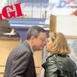 Mario Draghi bacia la moglie al supermercato: