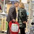 Mario Draghi bacia la moglie al supermercato:02