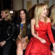 Kate Hudson, sexy abito tutto tagliato alla sfilata di Versace07