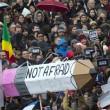 """Parigi marcia contro terrore. La matitona simbolo: """"Not afraid"""" 01"""