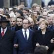 Parigi marcia per la libertà. Capi di Stato in prima fila sotto braccio 01
