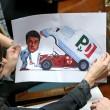 """Renzi """"meccanico"""" che mostra furgone con stemma Dc"""