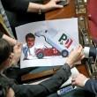 """Renzi """"meccanico"""" che mostra furgone con stemma Dc3"""