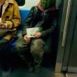 Uomo con maschera di anguria spaventa passeggeri metro Pechino 06