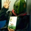 Uomo con maschera di anguria spaventa passeggeri metro Pechino