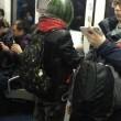 Uomo con maschera di anguria spaventa passeggeri metro Pechino 02
