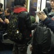 Uomo con maschera di anguria spaventa passeggeri metro Pechino 03