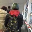 Uomo con maschera di anguria spaventa passeggeri metro Pechino 4