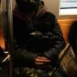 Uomo con maschera di anguria spaventa passeggeri metro Pechino 05