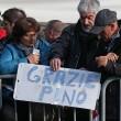 Pino Daniele, funerali Roma: lungo applauso accoglie feretro in chiesa 20