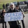Pino Daniele, funerali Roma: lungo applauso accoglie feretro in chiesa 3