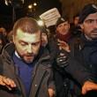 Walter Rizzetto (ex M5s) contestato mentre cerca di andare da Renzi FOTO 2