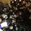 Capodanno Shangai, lancio di dollari falsi e calca. 35 morti. 2