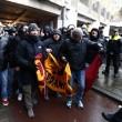 Feyenoord-Roma, lancio di oggetti dei tifosi dagli spalti FOTO (16) - Copia
