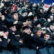 Feyenoord-Roma, lancio di oggetti dei tifosi dagli spalti FOTO (3) - Copia