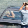 Nuova Zelanda, auto finisce in acqua: due agenti rompono il lunotto e la salvano