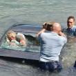 Nuova Zelanda, auto finisce in acqua: due agenti rompono il lunotto e la salvano02