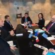 Yanis Varoufakis, il tour europeo senza cravatta del ministro delle Finanze greco02