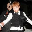 Ed Sheeran ubriaco dopo i Brit Awards. Figuraccia del bravo ragazzo del pop. FOTO