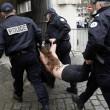 "Francia, ""agguato"" a seno nudo delle Femen a Strauss-Kahn04"
