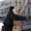 Spagna, Femen protestano a seno nudo contro la legge sulla sicurezza FOTO04