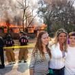 Florida, sorride con i suoi figli davanti alla sua casa che brucia
