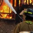 Florida, sorride con i suoi figli davanti alla sua casa che brucia03