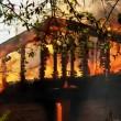 Florida, sorride con i suoi figli davanti alla sua casa che brucia5