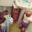 Gatti babysitter che accudiscono e fanno compagnia ai bimbi 04