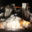 Las Vegas, la spettacolare demolizione dell'Hotel Clarion
