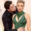 John Travolta, parrucchino e gaffe con Scarlett Johansson agli Oscar 2015