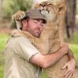 Sydney, guardiano parco naturale insegna a cucciolo di leone a nuotare07