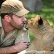 Sydney, guardiano parco naturale insegna a cucciolo di leone a nuotare08