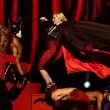 Madonna cade dal placo durante esibizione a Brit Award05